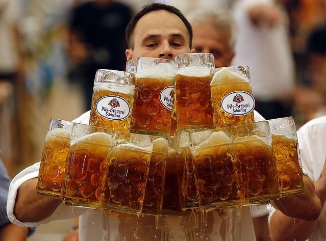 ビールのジョッキ運びでギネス記録