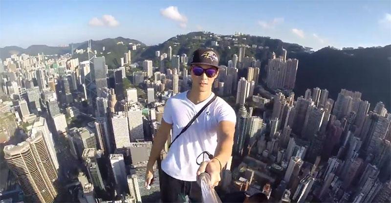 高所恐怖症の人は閲覧注意!超高層ビルのてっぺんでバナナを食べてる動画が恐ろしすぎる!