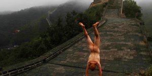 有名観光スポットの前、全裸の逆立ち9