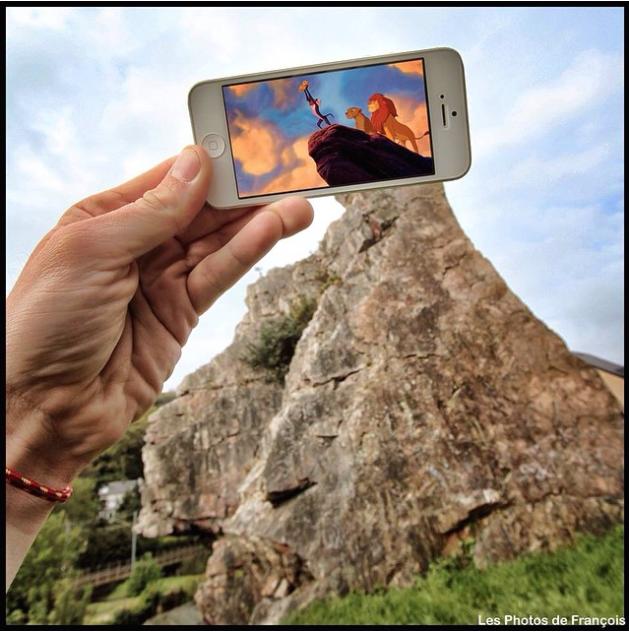 スマホ画面に表示された映画のワンシーンと風景を組み合わせた面白い写真の撮り方4