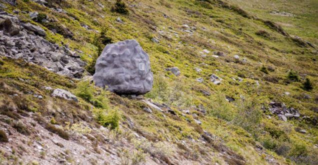 Bureau Aがプロジェクトし制作された岩の形をした山小屋「antoine」。