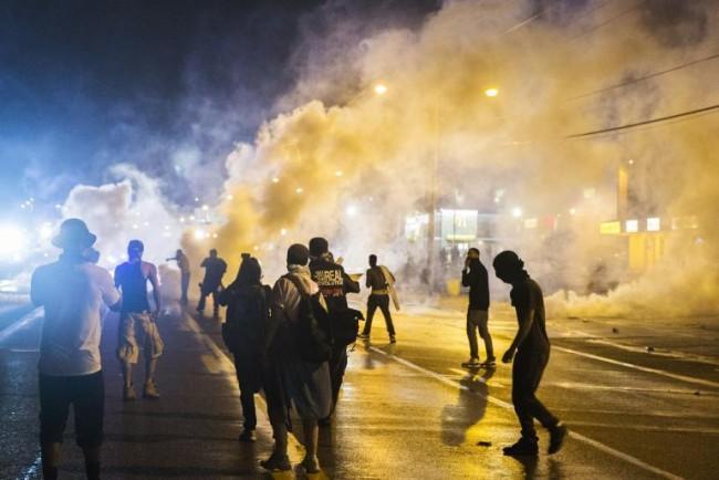 暴徒が警官隊に火炎ビンなどを投げ、警官隊は発煙弾や催涙ガスで応戦