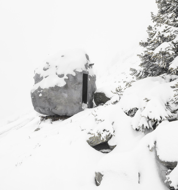 Bureau Aがプロジェクトし制作された岩の形をした山小屋「antoine」3