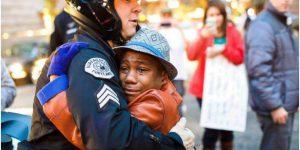 黒人少年と白人警官のフリーハグ