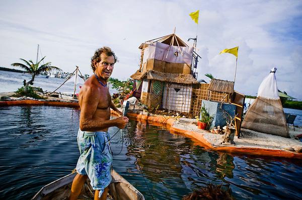 ペットボトルで作った島に暮らす男