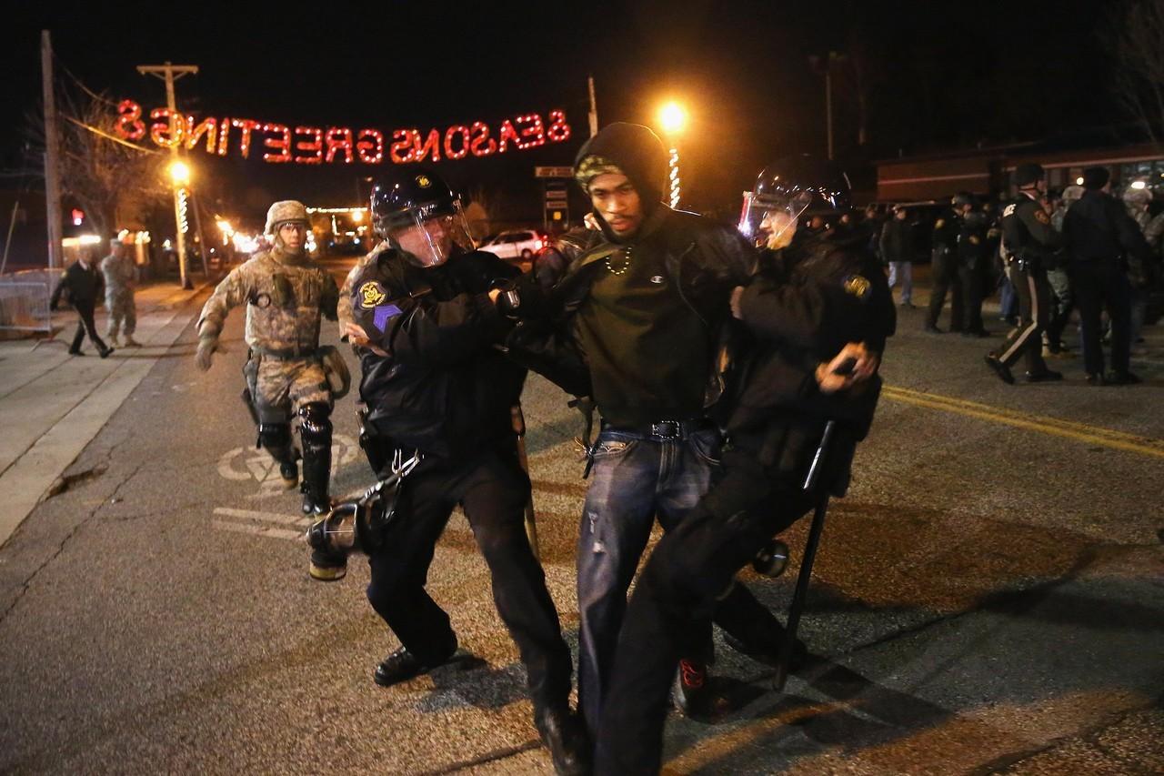 警官と群衆が再び衝突