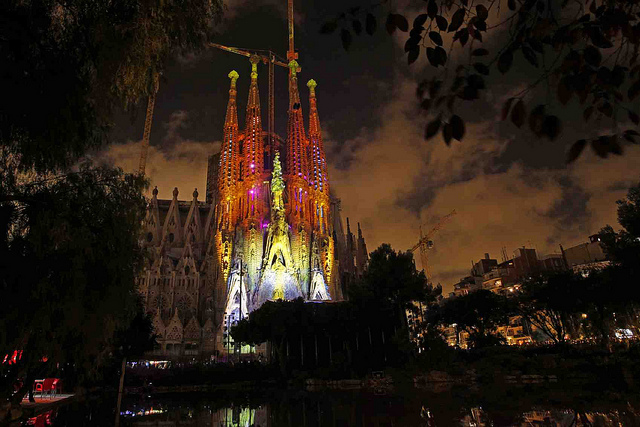 sagrada-familia-light-show_1