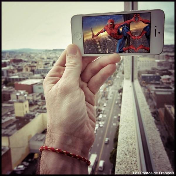 スマホ画面に表示された映画のワンシーンと風景を組み合わせた面白い写真の撮り方9