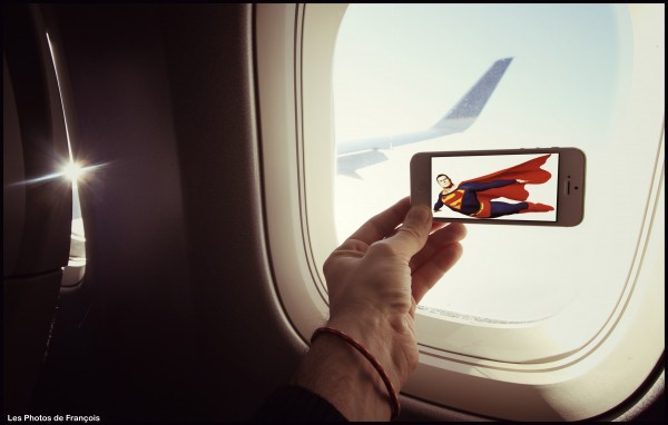 スマホ画面に表示された映画のワンシーンと風景を組み合わせた面白い写真の撮り方2