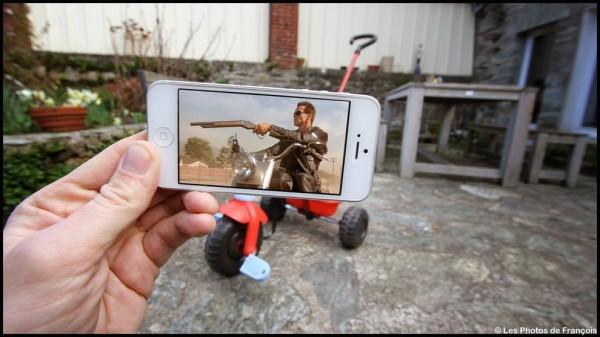 スマホ画面に表示された映画のワンシーンと風景を組み合わせた面白い写真の撮り方11