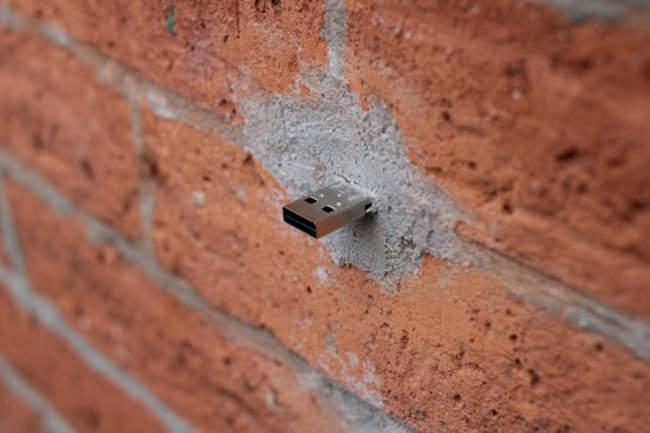 世界中の壁に埋め込まれたUSBメモリー