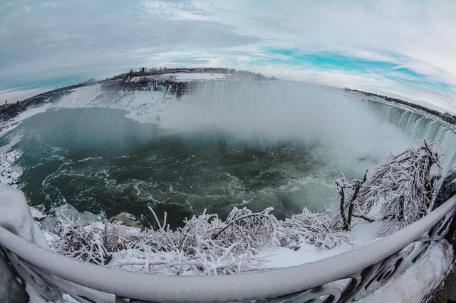 ナイアガラの滝までも凍る