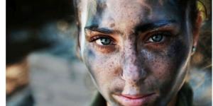 長い戦いを終えた直後の18歳のイスラム国防軍の兵士