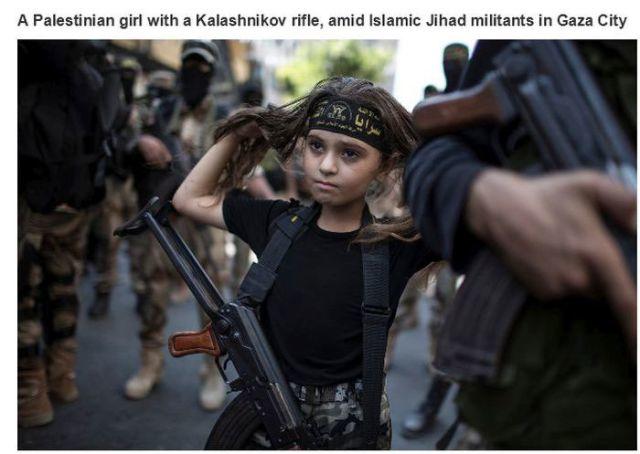 ガザ、カラシニコフライフルをもったパレスチナの少女