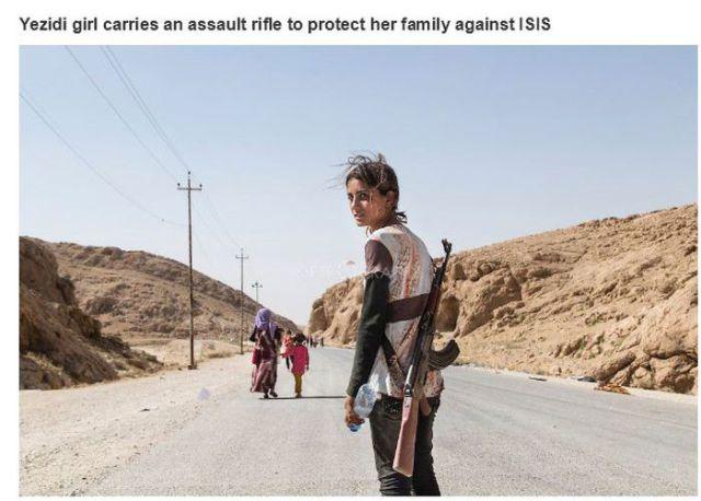 スンニ派の武装勢力から家族を守るためライフルを背負う少女
