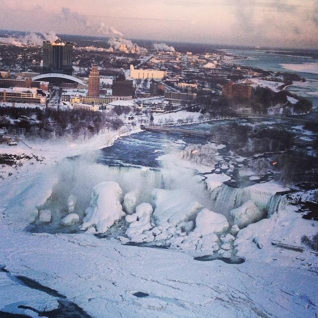 ナイアガラの滝が凍結