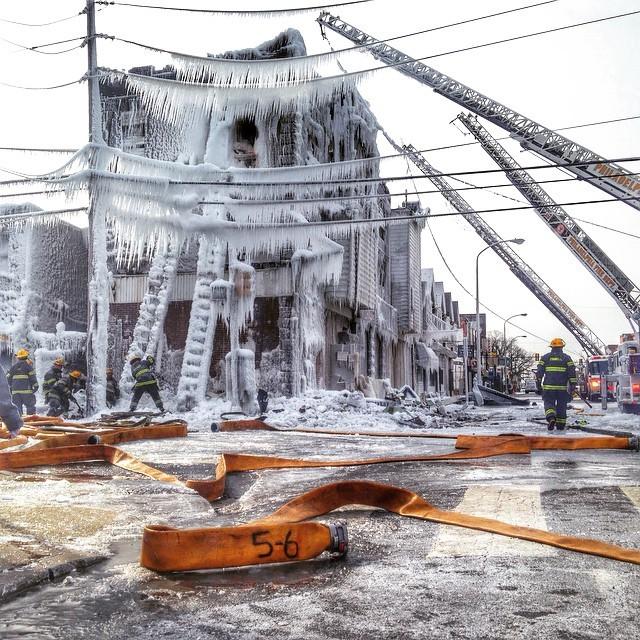 凍りついた建物