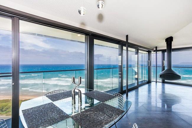 オーシャンビューが目の前に!オーストラリアにある空と海の境界に建てられたモダンハウス「THE POLE HOUSE」-07