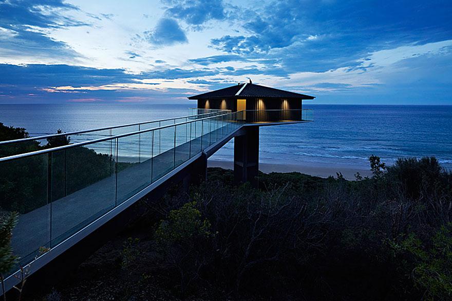オーシャンビューが目の前に!オーストラリアにある空と海の境界に建てられたモダンハウス「THE POLE HOUSE」-02