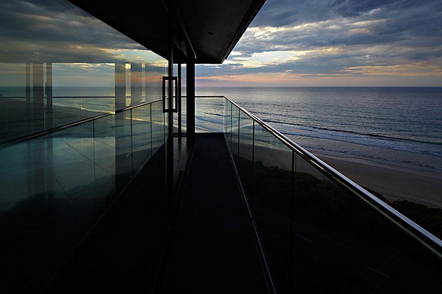 オーシャンビューが目の前に!オーストラリアにある空と海の境界に建てられたモダンハウス「THE POLE HOUSE」-05