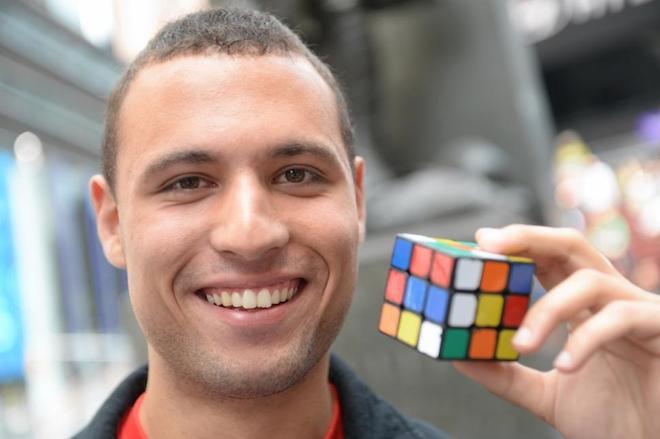 世界中を旅しながら、出会った人たちと『ルービックキューブ』を完成させる旅動画