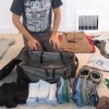 パッキングのプロが見せる神業収納術!大量の旅行荷物をきれいにパッキングする方法