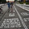 世界的にも問題になっている『歩きスマホ』、中国では歩きスマホ専用レーンが登場し話題に