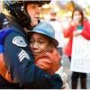 全米の心打った1枚の写真、世界中でシェアされた黒人少年と白人警官のフリーハグ